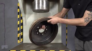 The 100-ton hydraulic press is too strong, and any hard steel is crushed into slag